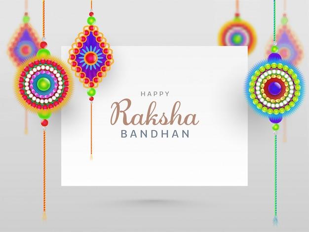 Concetto felice di raksha bandhan con bella rakhis hang su fondo bianco.