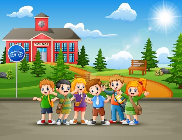Felici scolari in cammino verso la scuola