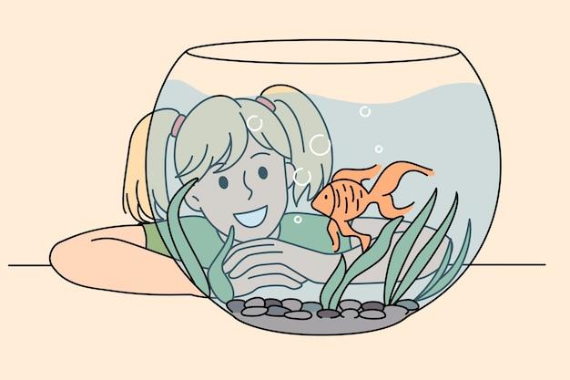 Ragazza sorridente felice che ammira il pesce carino dorato in acquario di vetro. illustrazione di concetto di vettore del momento felice del bambino con l'animale domestico.
