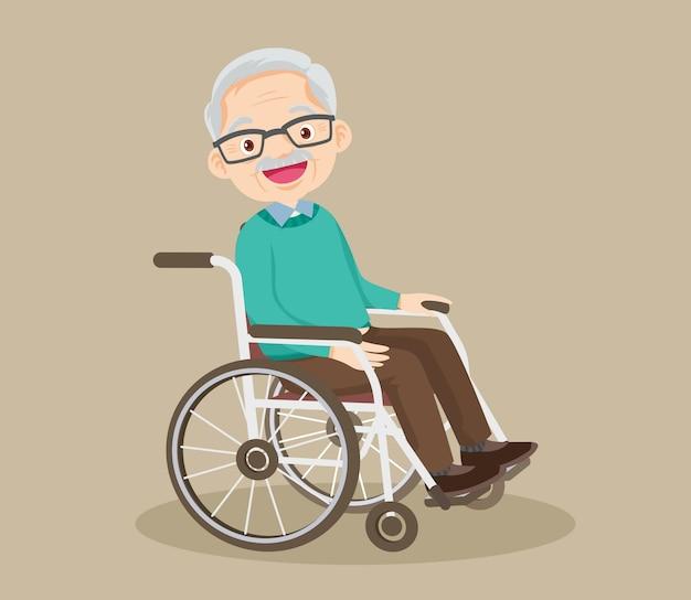 Nonno sorridente felice che si siede sulla sedia a rotelle