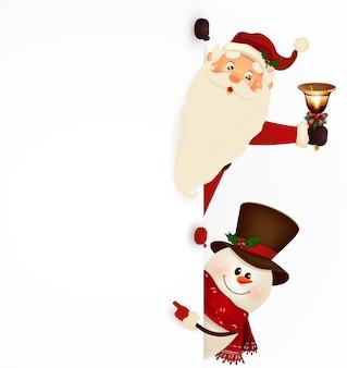 Felice sorridente babbo natale con jingle bell e simpatico pupazzo di neve in piedi dietro un cartello bianco, mostrando sul grande cartello bianco.