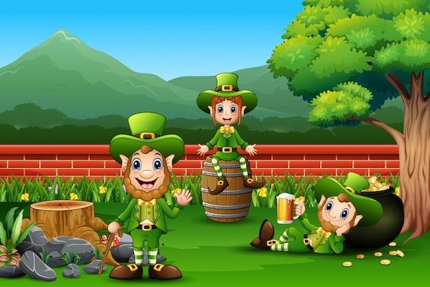 Il leprechaun felice di st patrick celebra con una birra