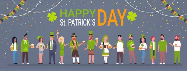 Fondo felice di giorno della st patricks con la gente che indossa i vestiti tradizionali e che tiene l'insegna orizzontale di vetro e delle tazze di birra