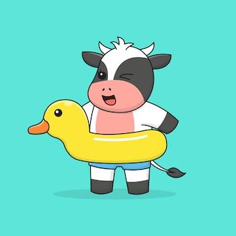 Nuoto felice mucca con anatra di gomma