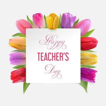 Concetto di giorno dell'insegnante felice con i tulipani sotto un cartone bianco con testo di congratulazioni.