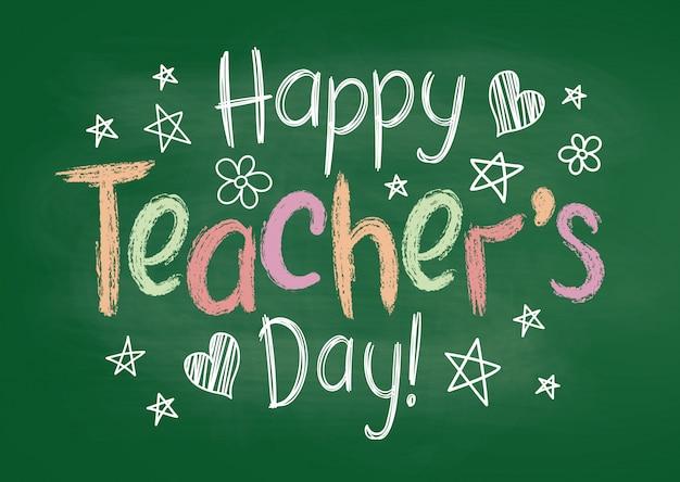 Cartolina d'auguri o cartello felice del giorno degli insegnanti sul bordo di gesso verde nello stile impreciso con stelle e cuori disegnati a mano.