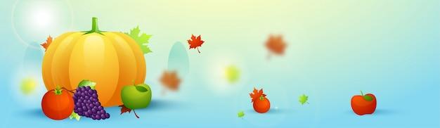 Concetto di felice giorno di ringraziamento con zucca, uva, tomoto e mela verde su sfondo foglie di autunno.