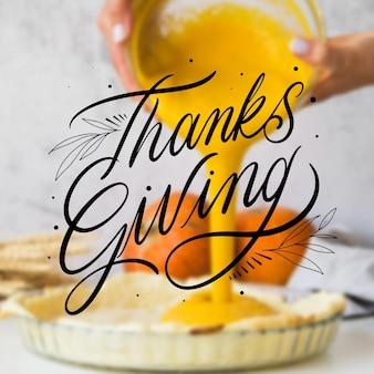 Iscrizione di ringraziamento felice su sfondo sfocato
