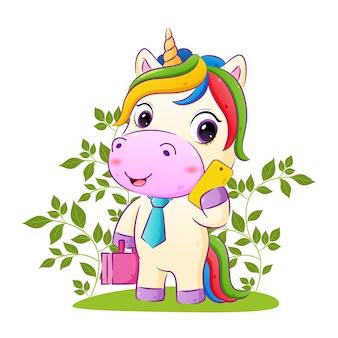 L'unicorno felice tiene in mano una borsa della suite e un'illustrazione del telefono