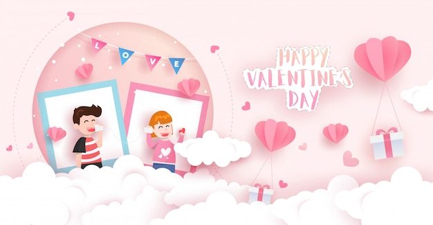 Cartolina di san valentino felice con scatole regalo, nuvole, palloncini e ragazzo e ragazza adorabili. design di arte cartacea.