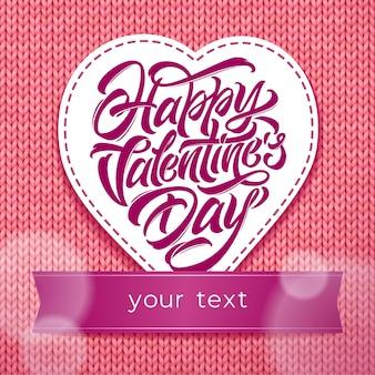 Tipografia di san valentino felice a forma di cuore su sfondo rosa lavorato a maglia.