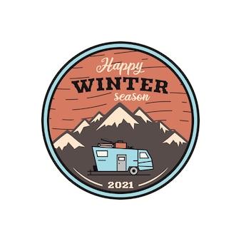 Logo della stagione invernale felice, emblema di avventura in campeggio retrò con montagne e rimorchio per camper. Vettore Premium