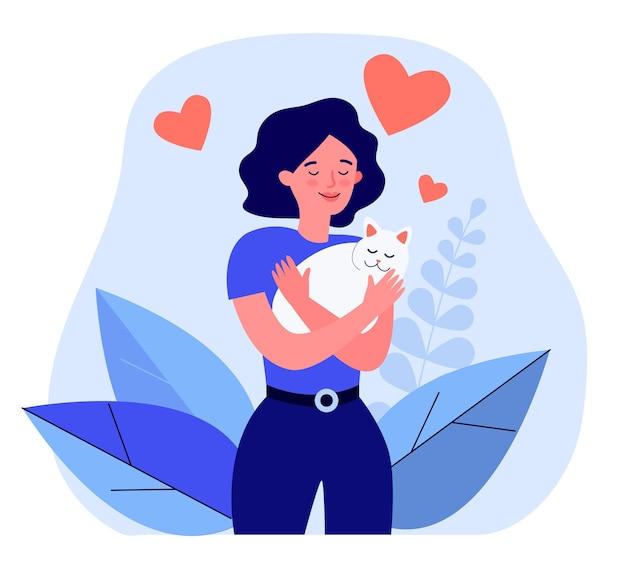 Donna felice che abbraccia gatto bianco