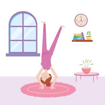 Donna felice a praticare yoga nel soggiorno della casa
