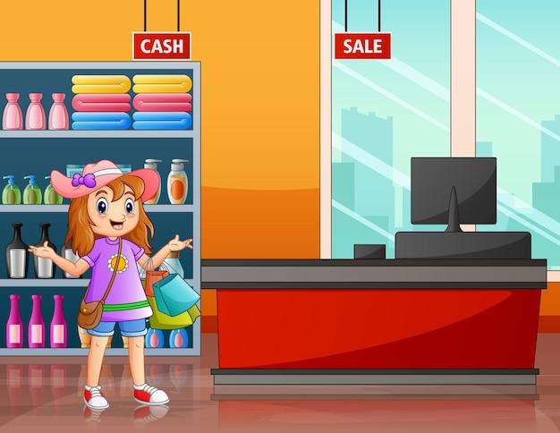 Felice una donna che fa la spesa al supermercato