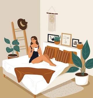 La donna felice si è svegliata la mattina e beve il caffè. ragazza del fumetto che si sveglia in camera da letto. illustrazione vettoriale degli interni