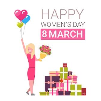 Cartolina d'auguri delle donne felici giorno 8 marzo con ragazza sopra i contenitori di regalo che tiene mazzo di tulipani