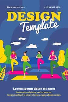Donne felici in abiti sportivi sulla lezione di yoga all'aperto nel poster piatto isolato parco cittadino. personaggi femminili dei cartoni animati che si allenano insieme all'esterno