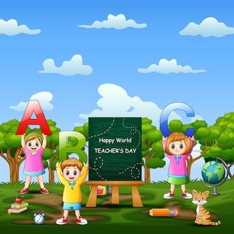 Giornata mondiale dell'insegnante felice sul segno con i bambini che tengono la lettera di abc