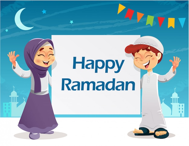 Giovani bambini musulmani felici con il segno di ramadan mubarak che celebra il ramadan
