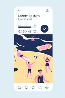 Giovani felici che godono del tempo libero sulla spiaggia