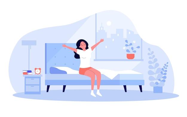 Giovane donna felice che si sveglia al mattino