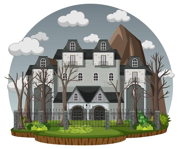 Casa stregata con cielo grigio