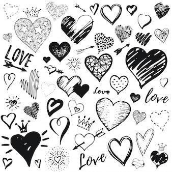 Insieme dell'icona del cuore, stile di schizzo di doodle disegnato a mano. illustrazione disegnata a mano a pennello, penna, inchiostro. simpatici simboli corona, freccia, stelle. disegno per san valentino.