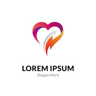 Concetto di logo del cuore o dell'amore con combinazione di fulmini