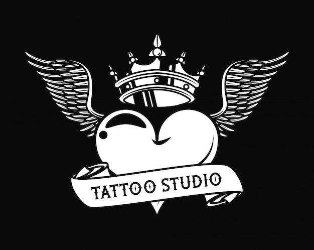 Cuore amore con grafica tatuaggio corona e ali
