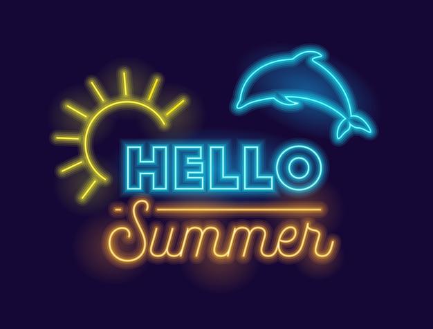 Ciao banner creativo estivo con sole incandescente al neon realistico altamente dettagliato e delfino su sfondo blu scuro.