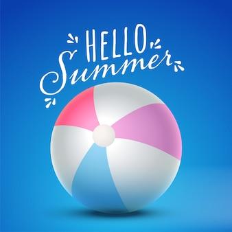 Ciao carattere estivo con 3d beach ball lucido su sfondo blu.