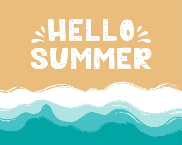Ciao scritte estive nella sabbia spiaggia di sabbia spiaggia con onde azzurre vista dall'alto della costa del mare