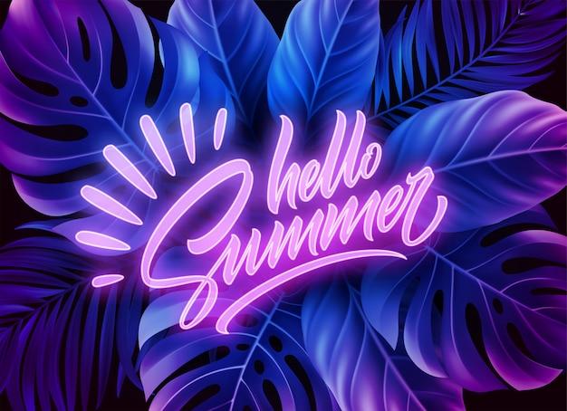 Ciao lettere al neon di estate su uno sfondo di foglie di palma tropicali esotiche.
