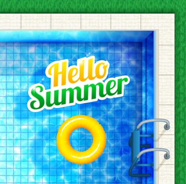 Ciao estate. vista piscina dall'alto con testo e anello in gomma.