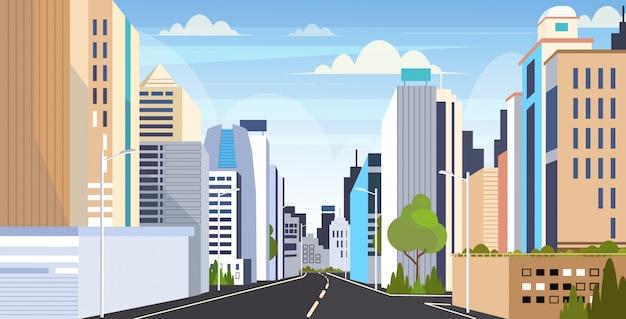 Orizzontale piano del paesaggio urbano dei grattacieli delle costruzioni moderne dell'orizzonte della città della strada asfaltata della strada principale