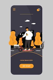 Ragazzo hipster con smartphone in sella a scooter elettrico in città su app mobile