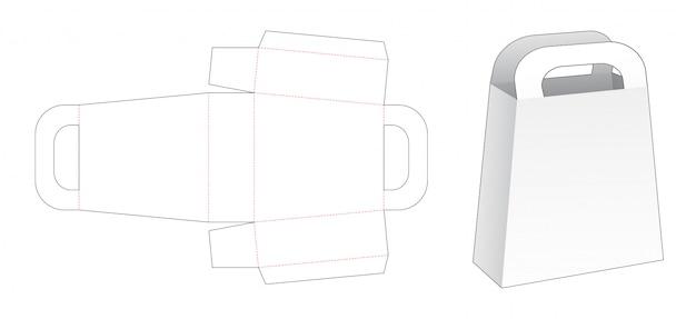 Tenendo il modello tagliato del sacco di carta