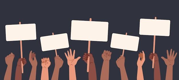 Tenendo in mano il cartellone dei manifesti