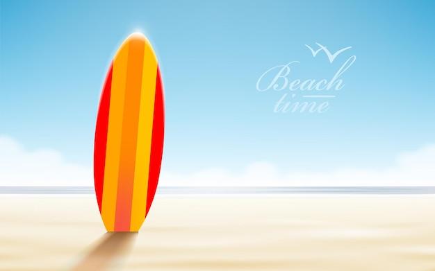 Progettazione di vacanze. tavole da surf su una spiaggia contro un soleggiato paesaggio marino