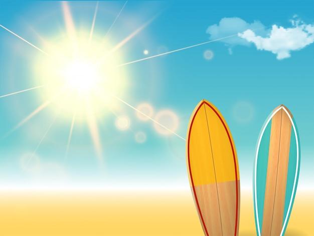 Vacanze vintage, tavole da surf su una spiaggia e con un soleggiato paesaggio marino