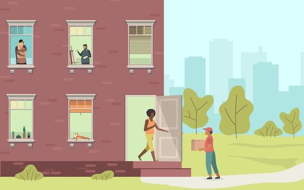 Consegna a domicilio. corriere e donna che consegnano il pacco a casa dall'uomo con la scatola, la facciata della casa con le finestre, la gente guarda fuori dall'appartamento, illustrazione vettoriale piatto del fumetto di concetto di servizio di acquisto