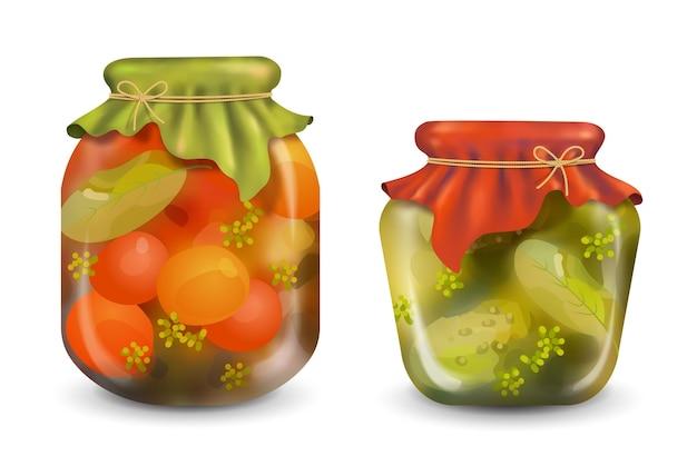 Conserve fatte in casa in un barattolo di vetro su uno sfondo bianco