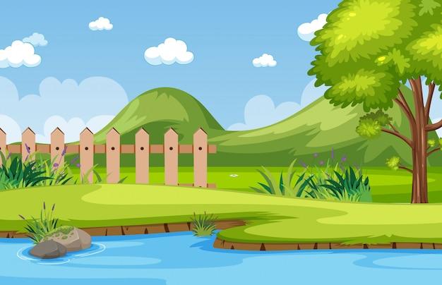 Scena della natura di orizzonte o paesaggio di campagna con la foresta lungo il fiume e nel cielo vuoto durante il giorno