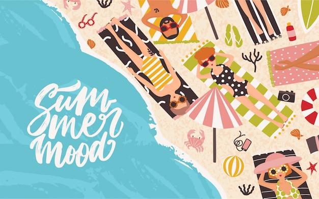 Sfondo orizzontale con uomini e donne sdraiato sulla spiaggia, rilassarsi e prendere il sole vicino al mare o sull'oceano ed eleganti lettere summer mood scritte a mano con carattere corsivo. illustrazione piatta dei cartoni animati.