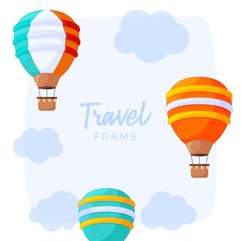 Viaggio in mongolfiera con nuvole e un cielo blu.