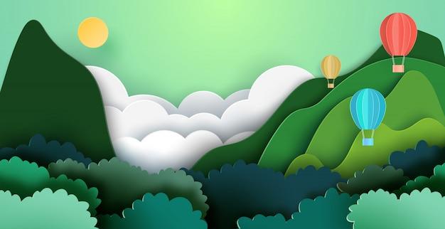 Mongolfiere su montagne e foresta sullo sfondo del paesaggio naturale.