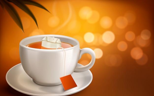Tazza bianca realistica di tè caldo e bustina di tè con fumo, sfocatura dello sfondo