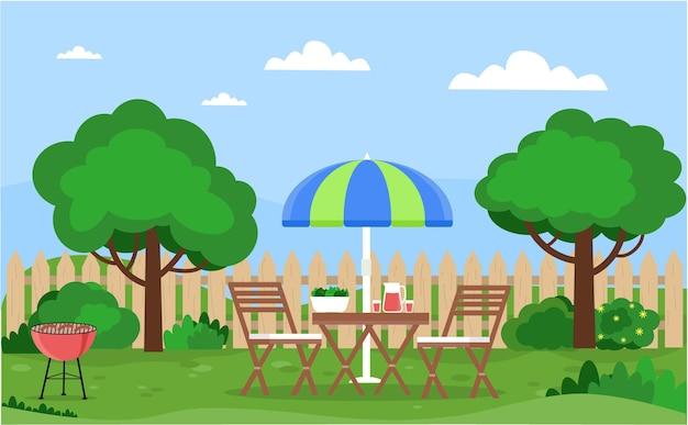 Cortile casa con mobili alberi cespugli fiori prato zona relax con tavolo sedie barbecue