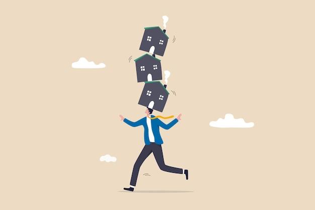 Rischio di investimento abitativo, incertezza del prestito ipotecario immobiliare e del tasso di interesse, debito immobiliare, acquisto di troppe case concetto, uomo d'affari provato a bilanciare la pila instabile di case che ha comprato.